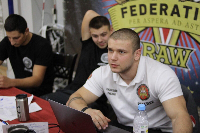 Кузнецов Руслан за столом секретаря на турнире WRPF