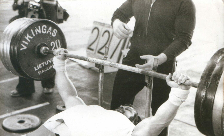 Жим штанги лежа и приседания со штангой выполняет Валентинас Вандис (Фото из архива Арунаса Петрайтиса)