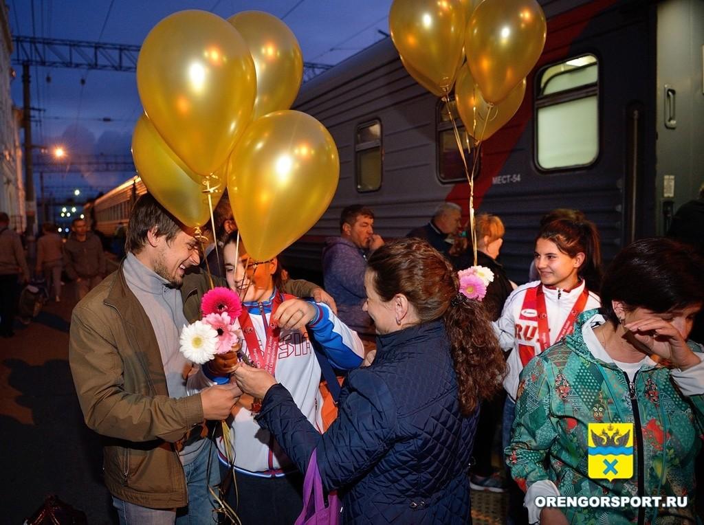 Встреча родных и близких на вокзале Оренбурга (1)