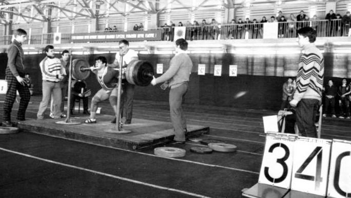 Рекордный подход Михаила Куликова к штанге весом 340 кг(Фото из архива М. Куликова)