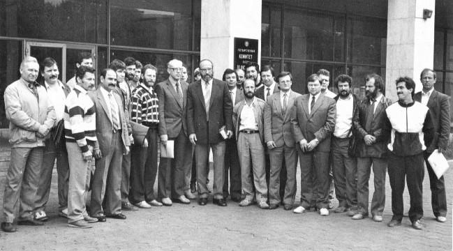 5 сентября 1987 г. Москва, у входа в здание Госкомспорта СССР, в центре Ю.П. Власов. (Фото из архива Е.И. Колтуна)