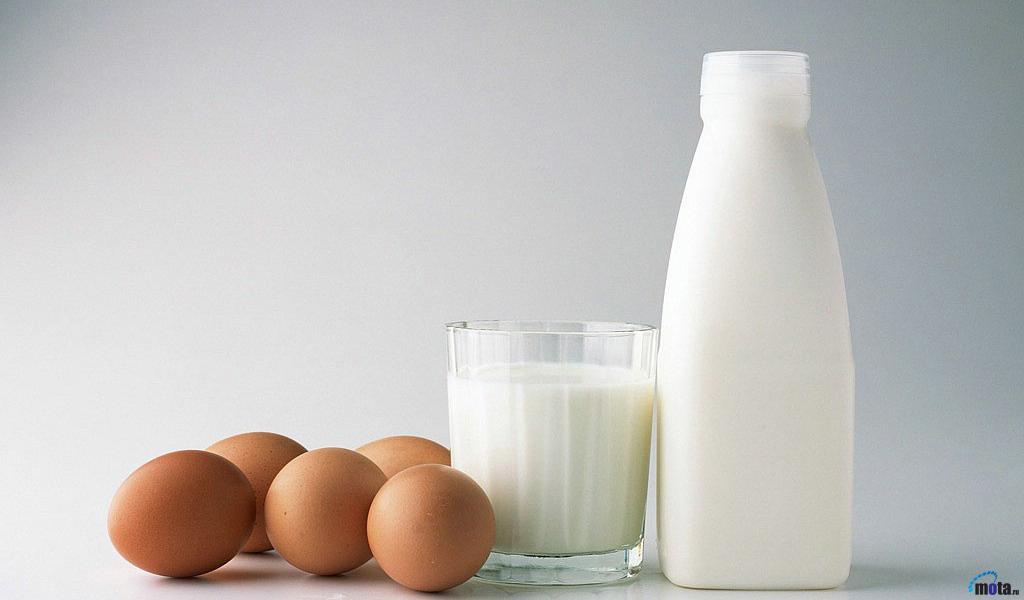 Фото яйца, молоко в стакане и бутылке