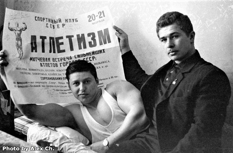 Владимир Дубинин с афишей матчевой встречи