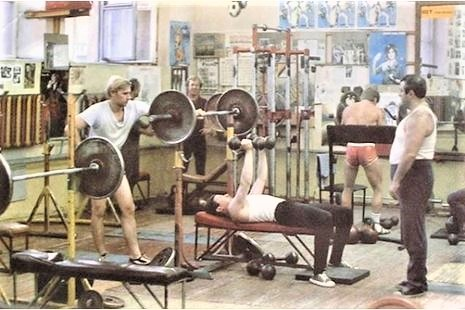 Занятия в зале атлетического клуба «Атлант» на стадионе им. Ленина