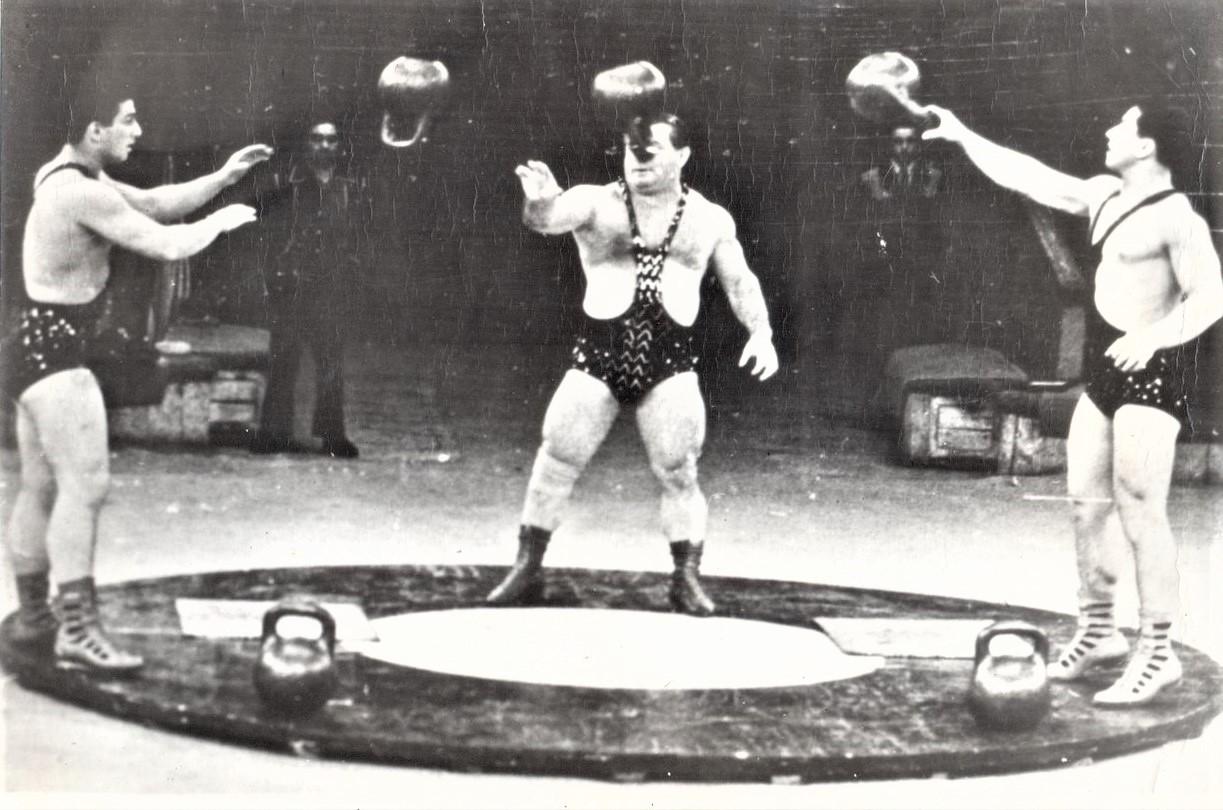 Г. Новак с сыновьями на арене цирка