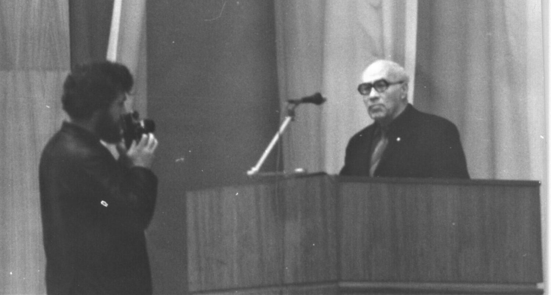 Выступает Л.Б. Горянов, фотограф А. Черных (Фото из архива Л.А. Остапенко)